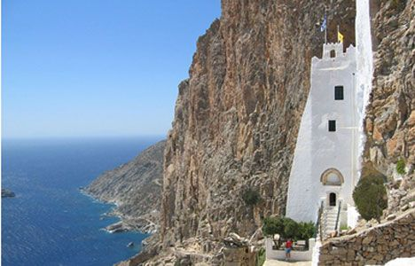 Santorini vs Amorgos: fekete homok, fehér sziklakolostor